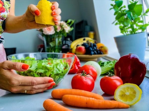 Dieta hipercalórica - pessoa preparando uma salada